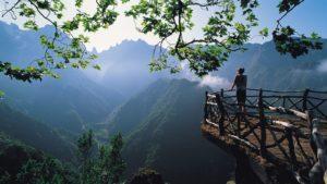 Madeiara naplemetében. Csodás hegyekkel