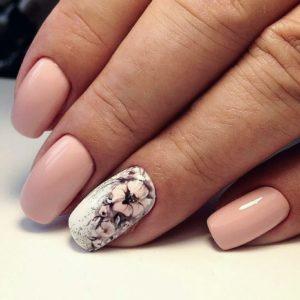 Virágos fehér nyári köröm rózsaszínnel kombinálva.