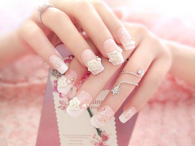 Rózsaszín menyasszonyi körmök