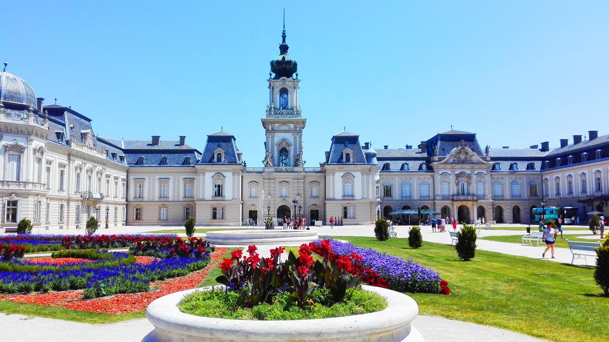 Festetics Kastély, virágokkal tündöklő kerttel, hatalmas kupolás épület